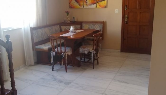 Sala principal com piso mármore